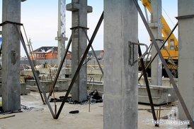 Монтаж колонн железобетонного каркаса офисной части комплекса