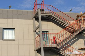 Пожарная лестница и освещение