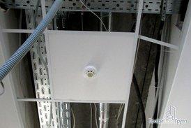 Датчик пожарной сигнализации на обновленном потолке