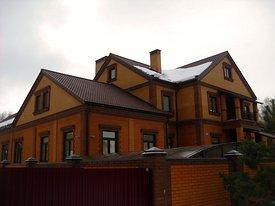 Жилой двухэтажный кирпичный дом с подвалом