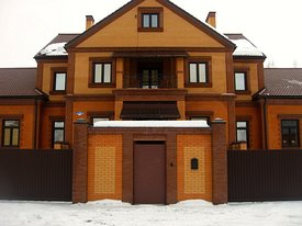 Двухэтажный кирпичный жилой дом с подвалом